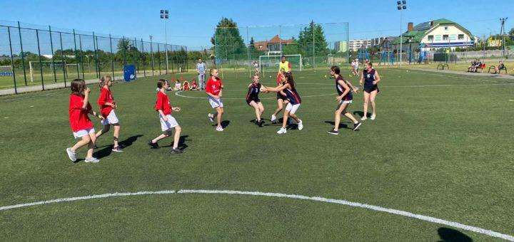 uczniowie grają w piłkę