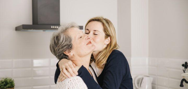 Córka całująca matkę